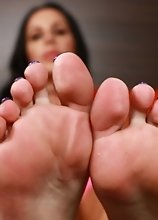 Marissa Minx shows her feet!
